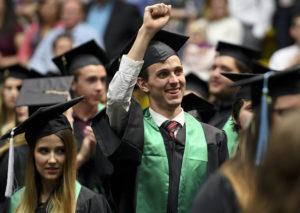 Trường đại học Mỹ dùng nhựa tái chế làm áo choàng tốt nghiệp