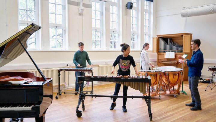 theo đuổi lĩnh vực giảng dạy âm nhạc